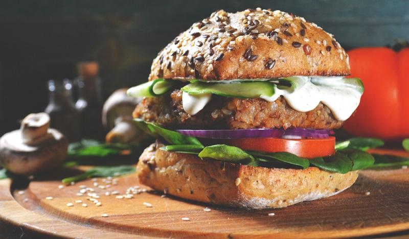 Ziel der veganen Produktinnovationen ist es, sowohl den Geschmack als auch die Konsistenz von Fleisch zu imitieren, um den Fans leckerer Burger und Steaks Alternativen zu bieten, die nicht nur gesund, sondern auch schmackhaft sind.