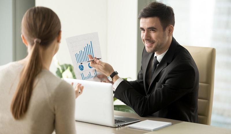 Investmentfonds werden von einem Fondsmanager verwaltet, der sein Fachwissen nutzt, um durch eine möglichst geschickte Umschichtung hohe Renditen zu erzielen, ohne dabei das Risiko außer Acht zu lassen.