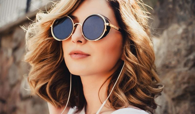Schon seit Jahrzehnten gibt es Sonnenbrillen und Lösungen für Fensterfronten, die keine Jalousien oder anderen zusätzlichen Sonnenschutz erfordern.