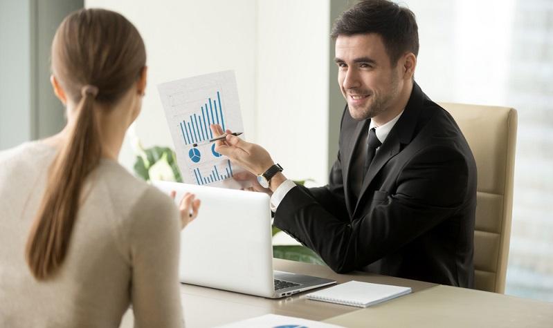 Aktien-Kaufempfehlungen durch einen kompetenten Fachmann führt hoffentlich zum gewünschten Erfolg ( Foto- Shutterstock-_fizkes )