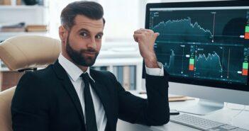Volatilität verstehen: Schwankungsbreiten von Aktienkursen (Foto: Shutterstock-_ G-Stock Studio )